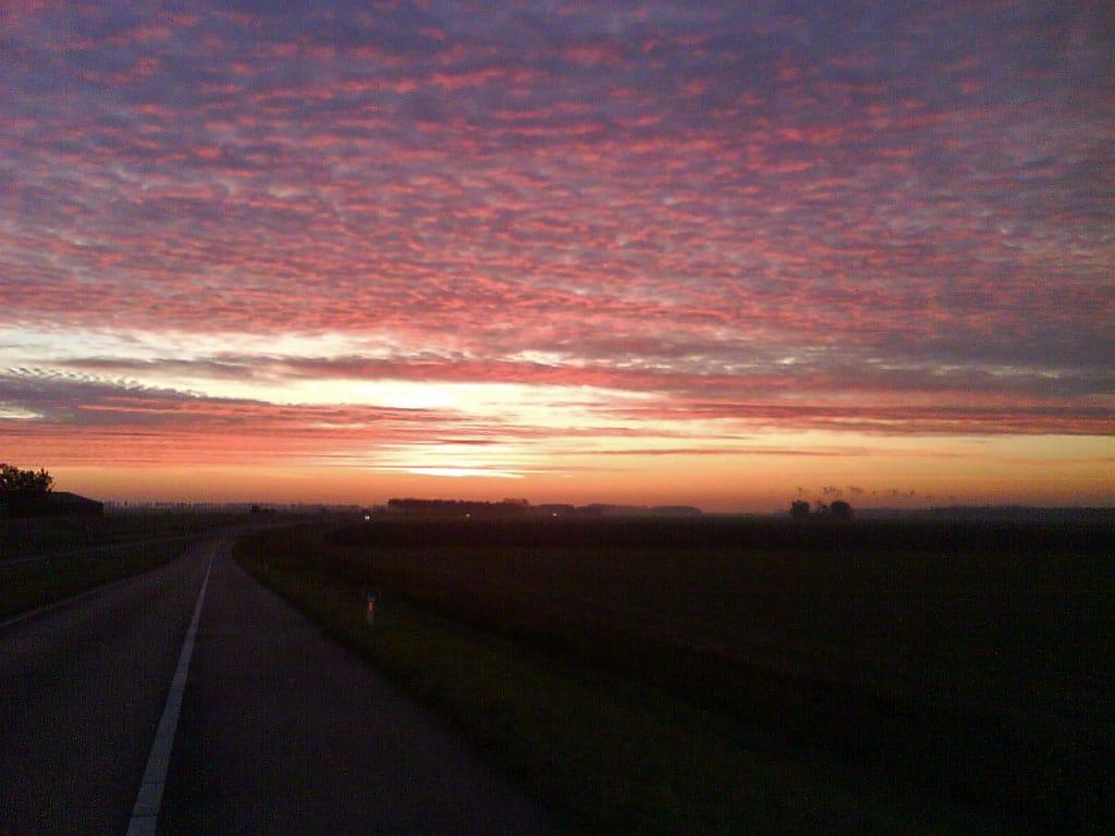 N255 oostwaarts. De wolkjes rechts boven de horizon zijn condenspluimen van kerncentrale Doel, 42km verderop. Helder zicht dus!