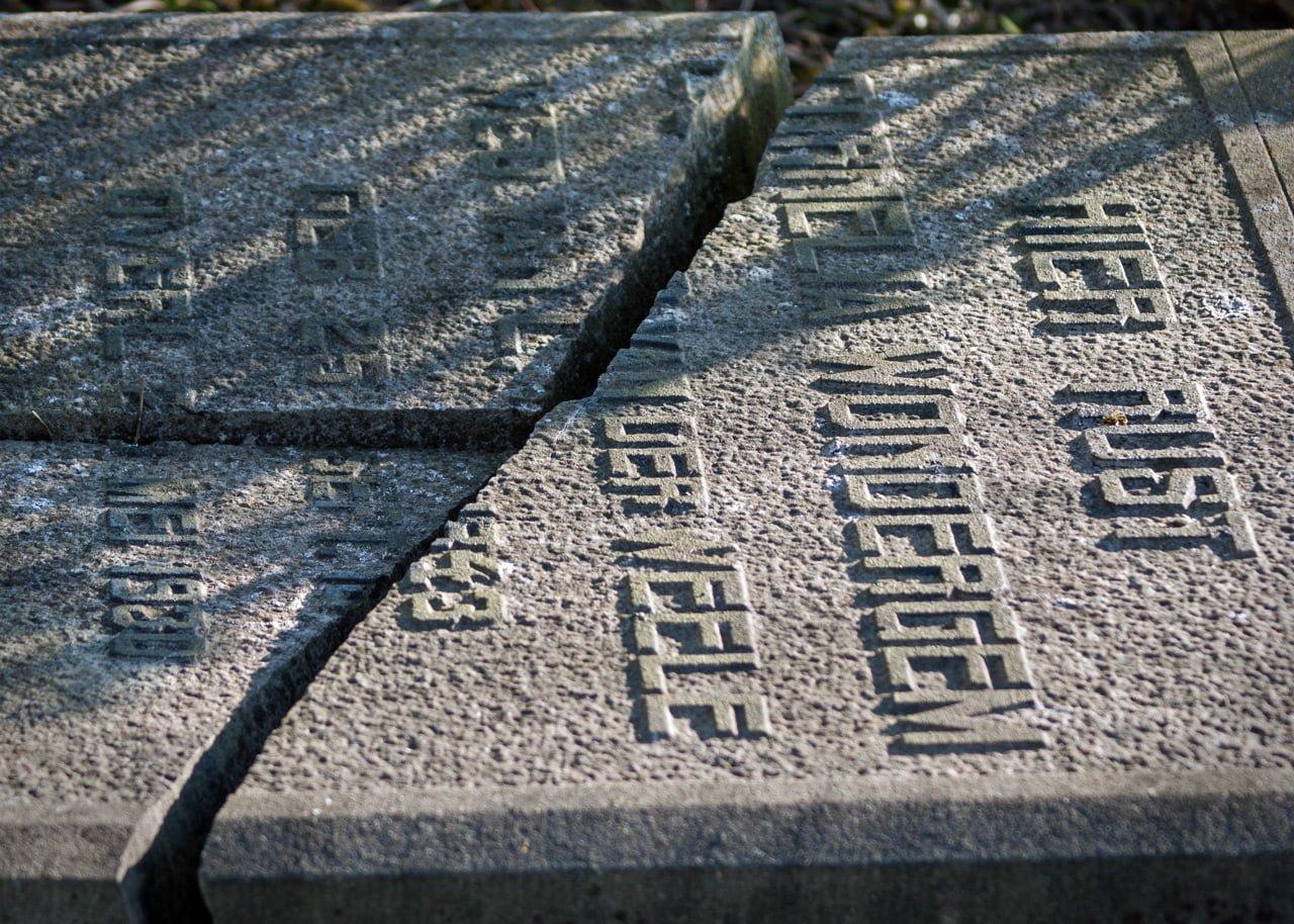 """Foto7daagse 6 maart 2014: """"VERGETEN"""". Gebartsen grafsteen begraafplaats Kortgene"""